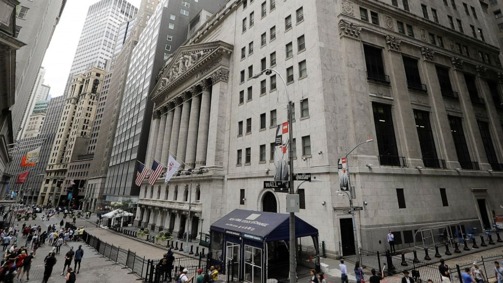 US stocks edge higher as China eases trade tensions
