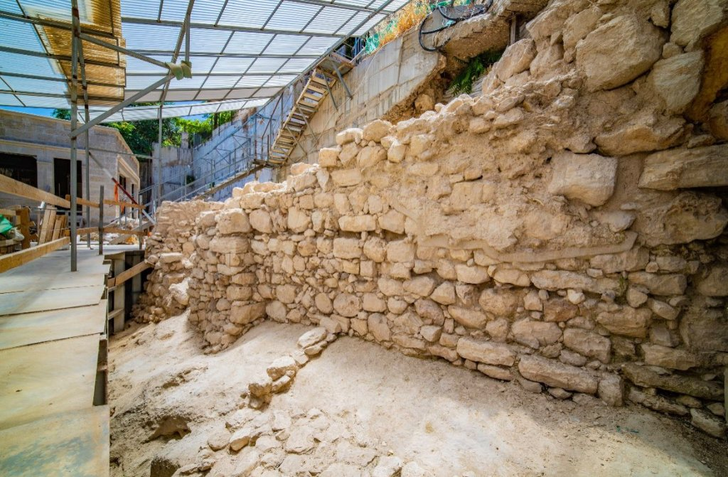 Remains of 2,600-Year-Old City Wall Discovered in Jerusalem – ARTnews.com