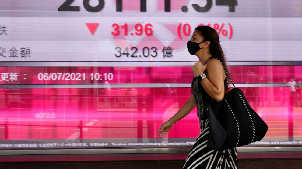 US stocks move lower, oil prices pull back after spike